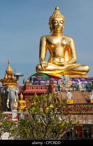 Elk208-5325v Thailand, Chiang Saen, Golden Triangle, Mekong River esplanade, seated Buddha figure - Stock Image