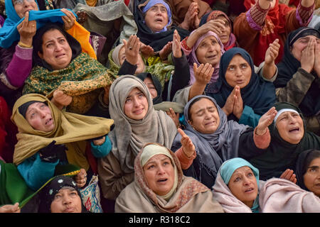 Srinagar, Kashmir. 21st November, 2018. Kashmiri Muslims are seen reacting as the head priest (not framed) displays holy relic believed to be a hair from the beard of Prophet Muhammad PBUH at a shrine in Srinagar on the eve of Eid-e-Milad-un-Nab, the birth anniversary of Prophet Muhammad PBUH.Thousands of Kashmiri Muslims were gathered at the shrine in the summer capital of Jammu and Kashmir to offer prayers on the Prophet's birth anniversary. Credit: ZUMA Press, Inc./Alamy Live News - Stock Image