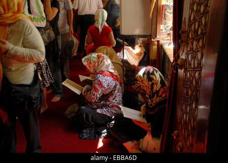 Women praying in the prophet Muhammad´s companion Eyup Ensaris´ Mausoleum. Kulliye Complex. Eyup Neighbourhood. - Stock Image
