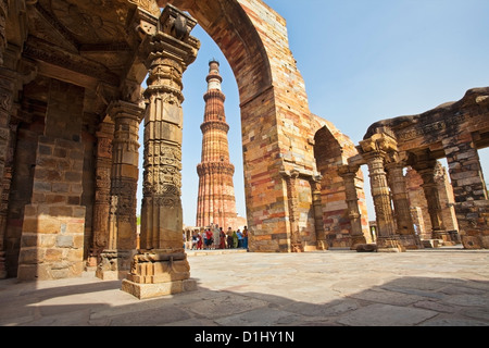 Group of tourists at Qutub Minar, Delhi, India - Stock Image