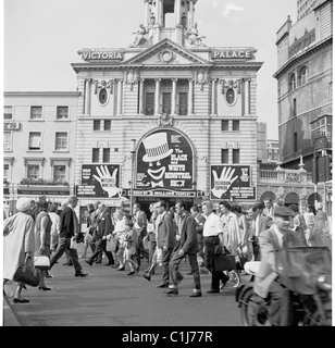 London, 1950s. Victoria Palace theatre, West End, London, England, where The Black and White Minstrel Show is on. - Stock Image
