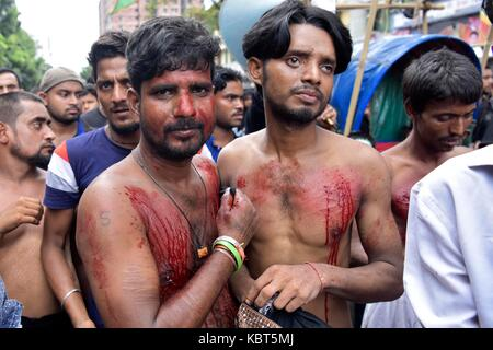 Dhaka, Bangladesh. 1st October, 2017. Bangladeshi Shiite flagellates themselves with chains and knives during the - Stock Image