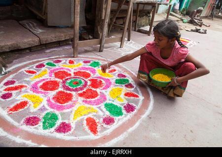 Girl creating a rangoli to celebrate the Pongal festival in Kumbakonam - Stock Image