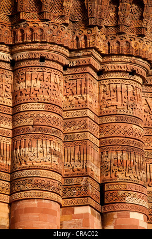 The distinct verticals of kufic style calligraphy that form distinct bands on the side of the Qutub Minar, Delhi, - Stock Image
