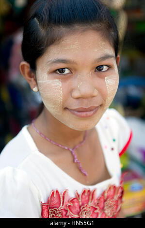 Myanmar (formerly Burma). Karen State. Hpa An. Portrait of a burmese young girl covered of thanaka - Stock Image