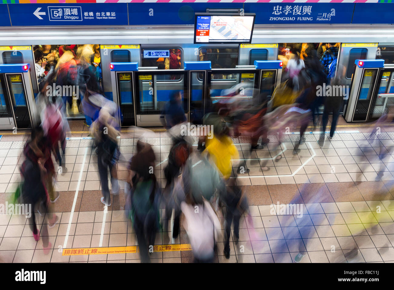 commuters-boarding-taipei-mrt-subway-at-