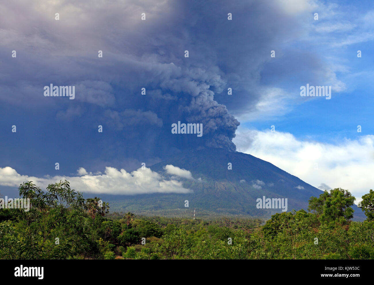 mt-agung-volcano-eruption-morning-of-26-november-2017-taken-from-tulamben-KJW53C.jpg