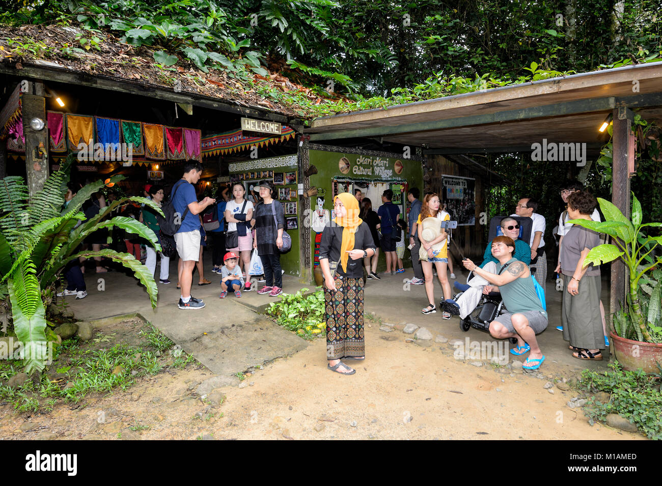 tourists-at-the-entrance-of-mari-mari-cu