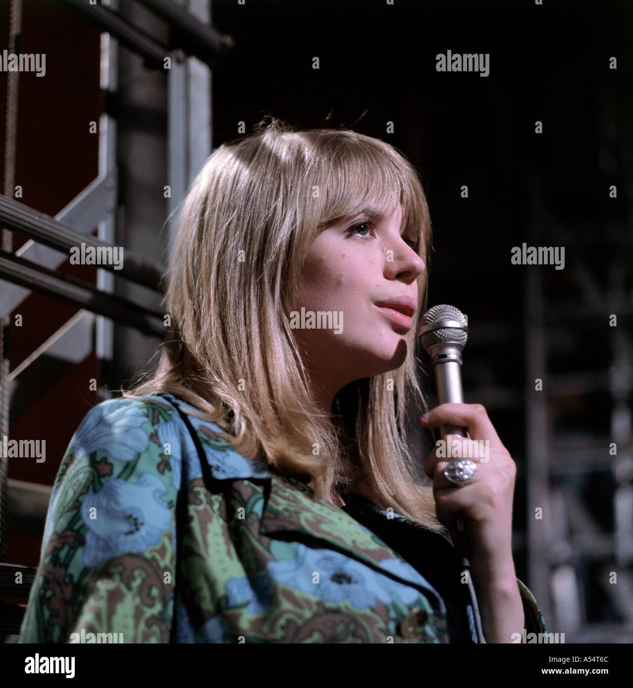 marianne-faithfull-uk-pop-singer-in-1965