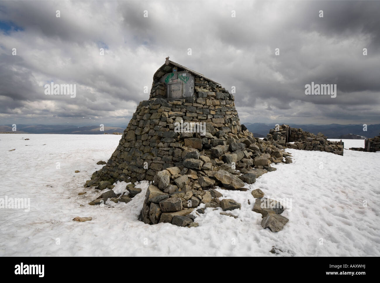 emergency-shelter-on-the-summit-of-ben-n