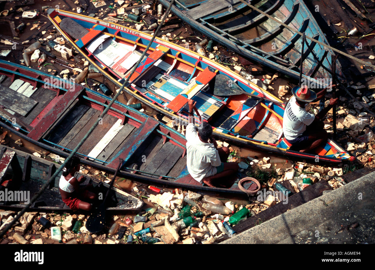 canoes-among-rubbish-on-the-rio-negro-po