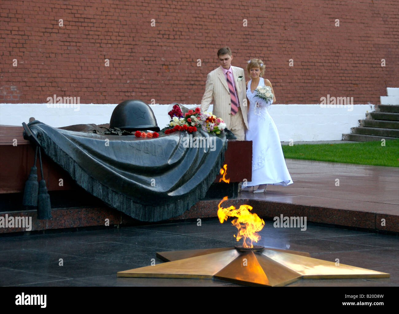 A Newly Wed couple places flowers at the Tomb of the Unknown Soldier in Moscow, Russia Stock Photo