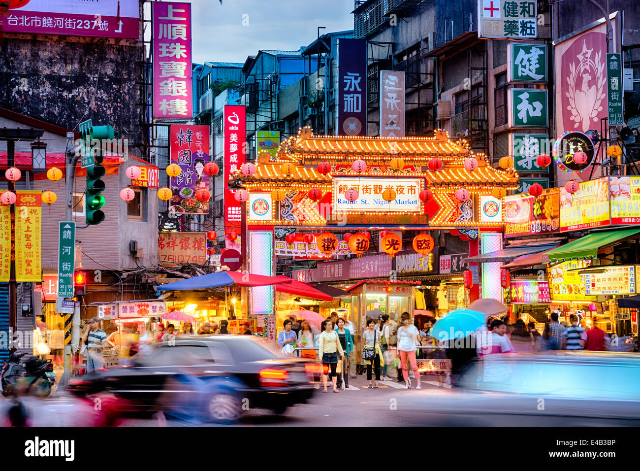entrance-of-raohe-street-night-market-in