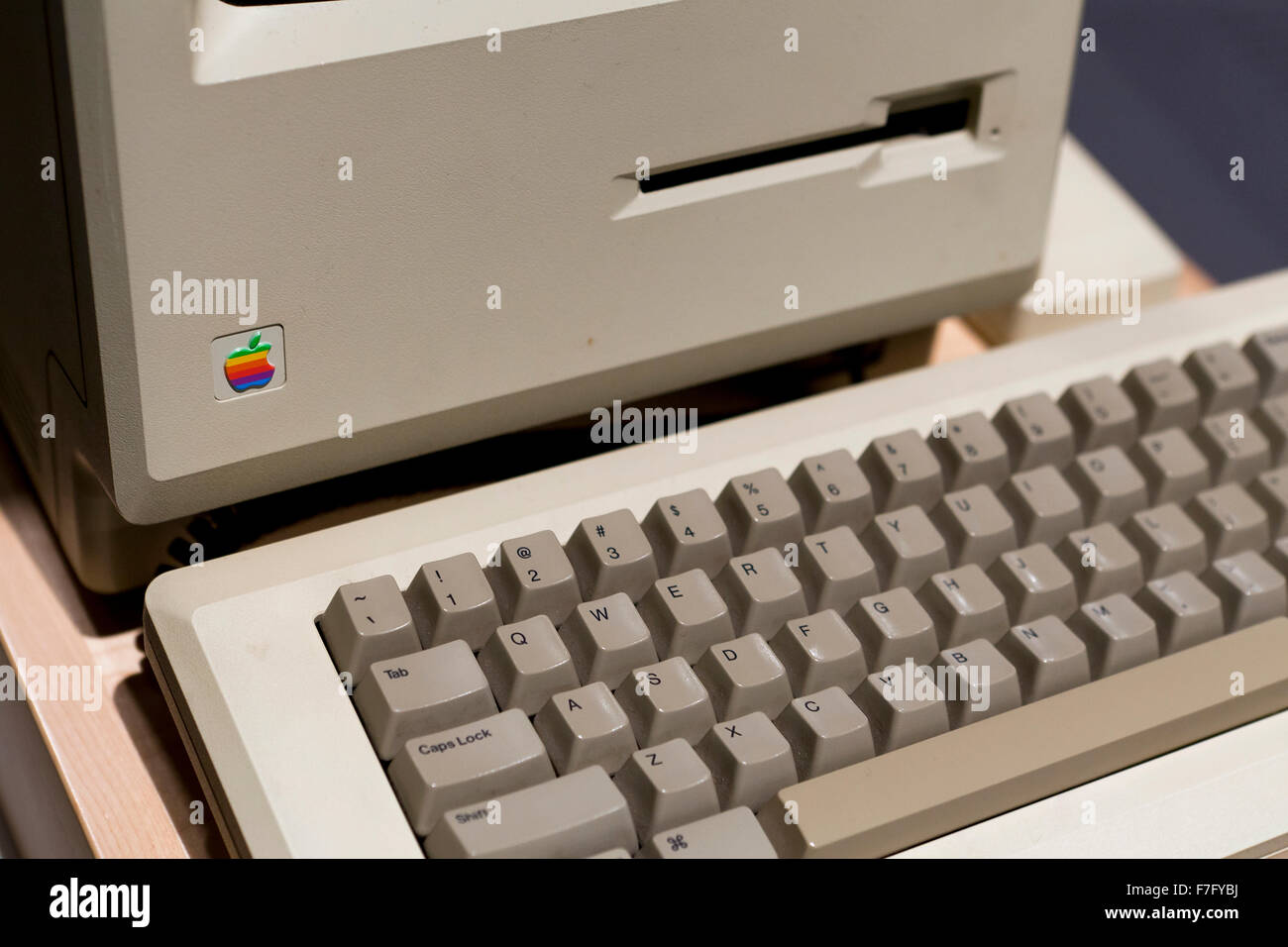 apple-macintosh-128k-computer-and-keyboa