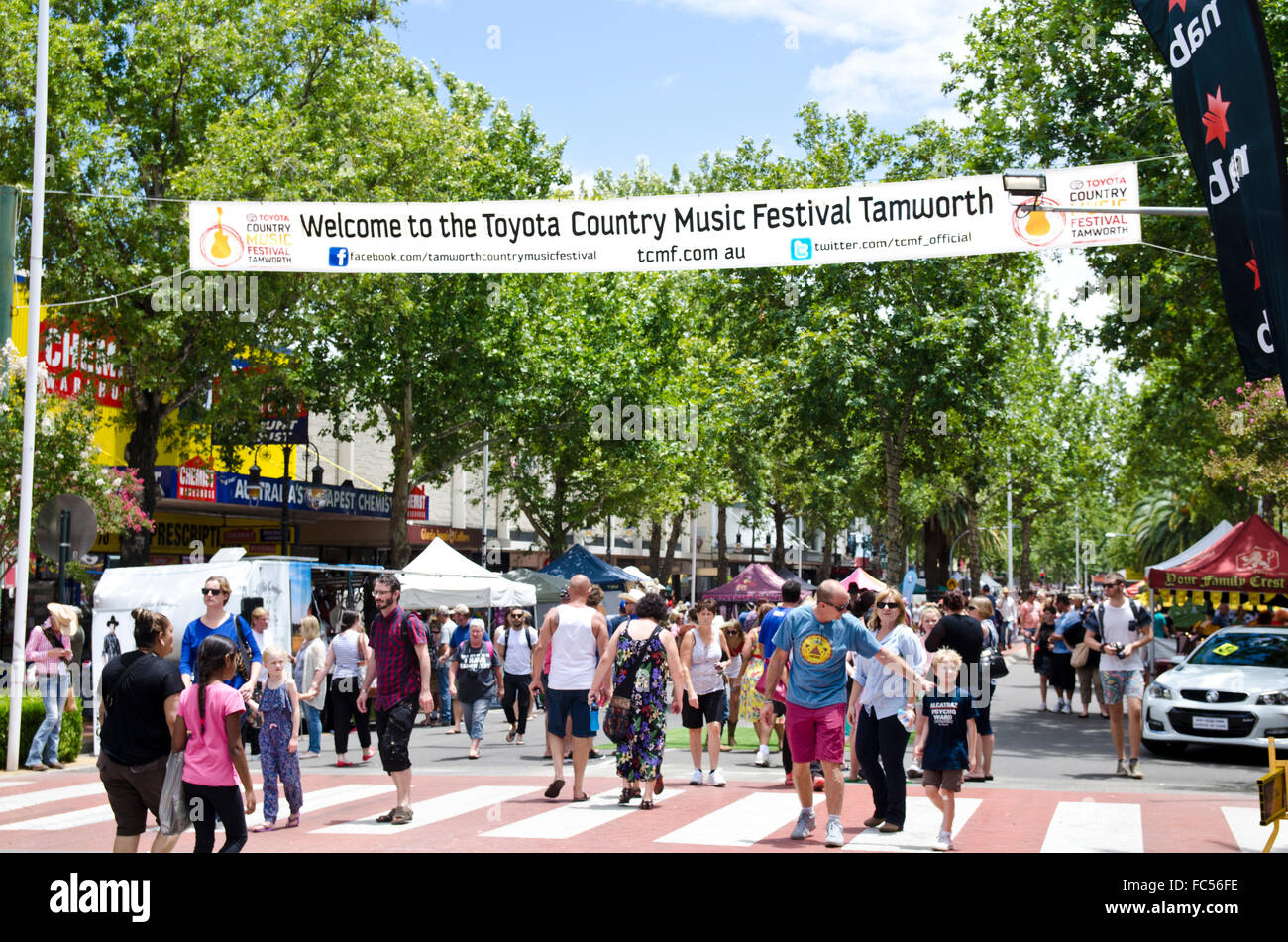 welcome-to-country-music-festival-banner-over-peel-street-tamworth-FC56FE.jpg
