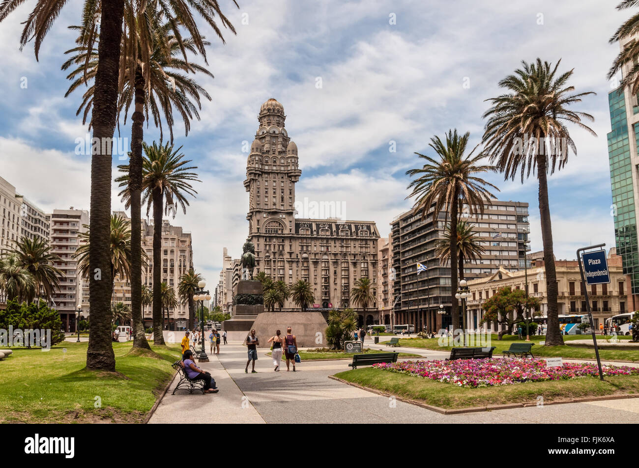 plaza-indepedencia-with-the-building-pal