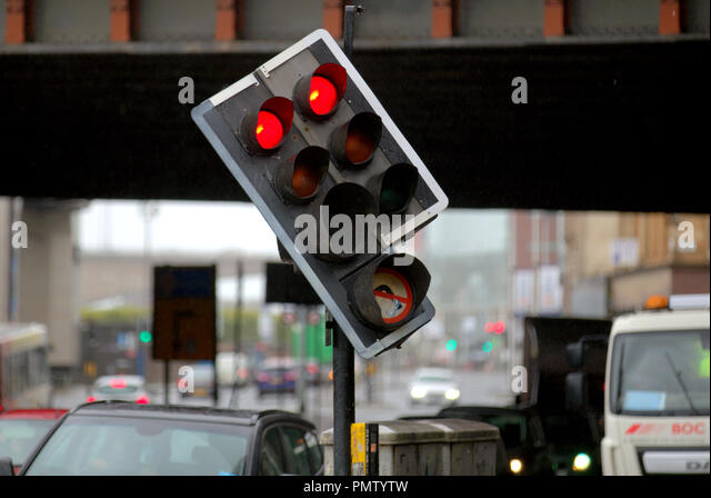 Glasgow, Scotland, UK, 19th September, 2018. UK Weather: Storm Ali appeared in the city overnight bringing wind and rain with an amber be prepared warning from the met office. As locals awoke to travel to school and work in the rain in the centre of the city. A damaged traffic light hanging on by its wires attracted a lot of attention from storm watchers Gerard Ferry/Alamy news - Stock Image