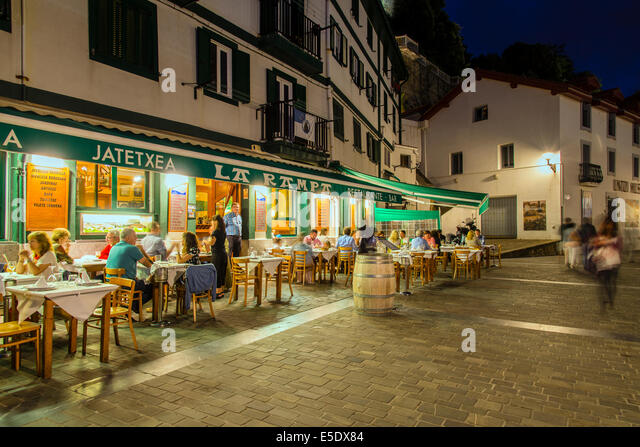 outdoor-restaurant-at-waterfront-donosti